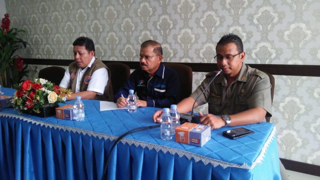 Bupati Padang Pariaman Ali Mukhni (tengah) sedang memberi keterangan tentang lelang jembatan sikabu didampingi kepala BPBD budi Mulia dan BNPB Pusat