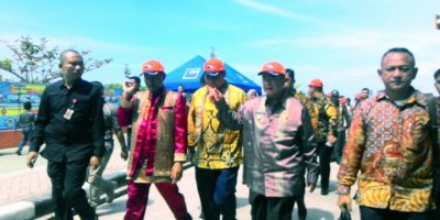 Menko Perekonomian, Menteri PURP, Wagub Sumbar, Nasrul Abit dan Wako Pariaman, Genius Umar sedang melakukan peninjauan berbagai kegiatan Hari Nusantara di Pantai Gandoriah Kota Pariaman