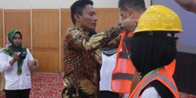 Kadis PUPR Padang Pariaman,Deni sedang mengenakan Rompi keselamatan kerja pada peserta Bimtek