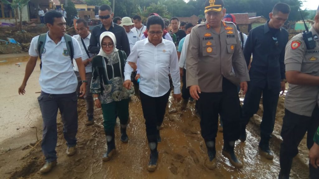 Kapolres Lebak Dampingi Menteri Desa, PDT dan Transmigrasi Meninjau Lokasi Bencana Banjir.