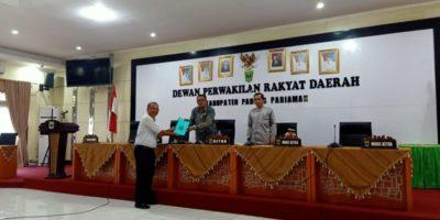 Yusri mewakili salah satu Fraksi tengah memberikan surat Hak Interpelasi Kepada Ketua DPRD Kabupaten Padang Pariaman, Arwinsyah didampingi Wakil Ketua, Risdianto di Ruang Sidang DPRD